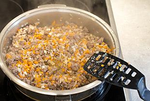 Hackfleisch und Gemüse in der Pfanne anbraten