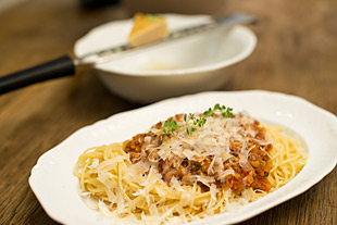 Spaghetti Bolognese mit Parmesan auf Teller angerichtet