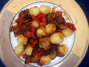Gebratenes GemA?se mit KartoffelknA�deln