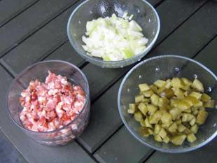 Zwiebeln, Gewürzgurken, Speck
