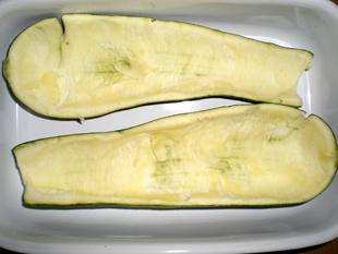 Gefüllte Zucchini mit Käse überbacken