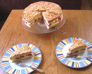 Torte mit Mandeln und Erdbeeren