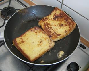Toast in der Pfanne anbraten