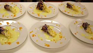 Gemüsereiskuchen in drei Farben auf Curryschaum