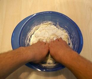 mit Händen kneten