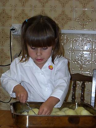Lara schneidet Kartoffeln - Rezept Bild