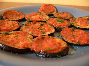 Gebratene Aubergine mit würziger Tomatensugo