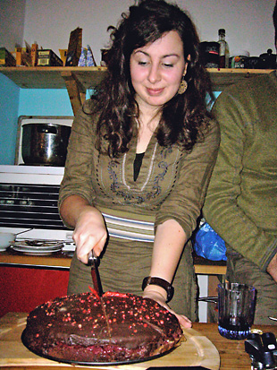 Irene schneidet den Kuchen an