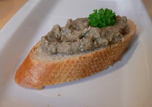 Olivenpaste auf Baguette