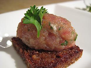 Thunfischtatar auf Brot