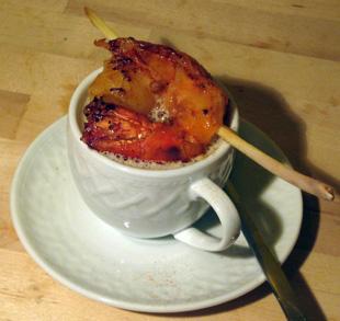 Zitronengrassuppe mit Gambas am Spieß