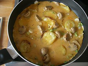 Süßkartoffeln-Omelette in der Pfanne