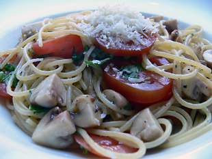 Spaghetti mit Champignons und Tomaten