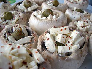 Champignons gefüllt mit Feta und Oliven