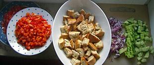 Panzanella - Zutaten: Tomaten, Paprika, Zwiebeln, Gurke, Brot