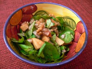 Feldsalat mit Äpfeln und Pinienkernen