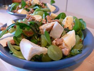 Feldsalat mit Trauben und Brie
