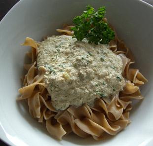 Grüne Tofu-Sauce mit Vollkornnudeln