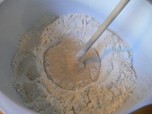 Mit Mehl verrühren