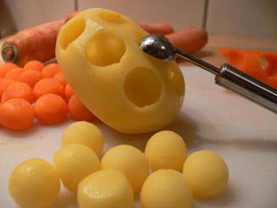 Bälle aus den Kartoffeln ausstechen
