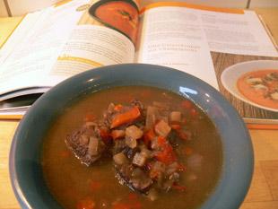Gulaschsuppe und Kochbuch
