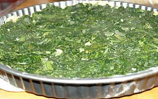 Spinat auf die Quiche verteilen