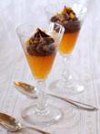 Dunkle Schokomousse mit gesalzener Butter auf Mandarinengelee