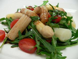 Warmer Spargelsalat mit Tomaten und Rucola