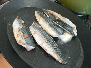 Makrelenfilets wenden und garziehen lassen