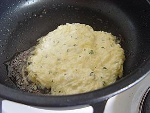 Kartoffelpuffer in der Pfanne