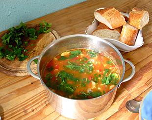 Sommersuppe mit Zucchini und Tomaten