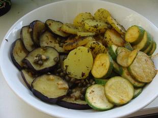 Gebratene Auberginen in säuerlich-scharfer Kapernmarinade und gedünstete Zucchini mit Basilikum-Kartoffeln aus dem Backofen