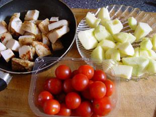 Hähnchen, Tomaten und Apfel