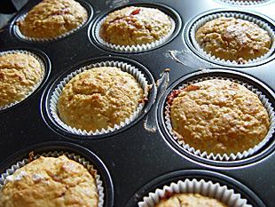Fertige Muffins mit Konfitüre