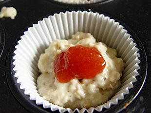 Roher Muffin mit Konfitüre