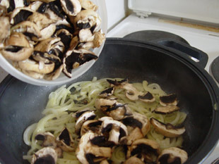 Zwiebeln und Champignons in der Pfanne