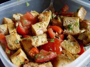 Brotsalat mit Tomaten und Kapern