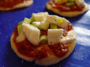 Minipizza mit Lauchzwiebeln