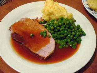 Schweinebraten mit Erbsen und Kartoffelpüree