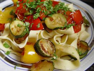 Bandnudeln mit Gemüse auf dem Teller angerichtet
