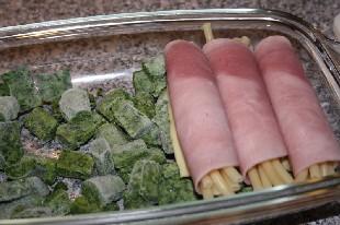 Käse-Schinken-Röllchen auf Spinat