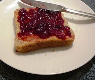 Toast mit Brombeer-Gelee