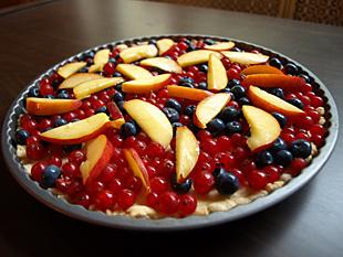Früchtetarte mit Beeren und Pfirsichen