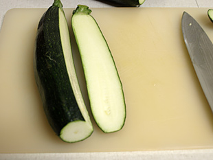 Zucchini zu 3/4 aufgeschnitten