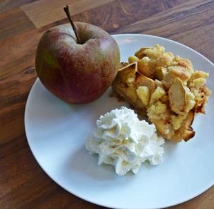 Apfel-Streusel-Kuchen angerichtet