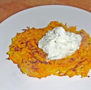 Kürbis-Kartoffel-Puffer angerichtet