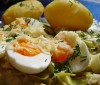 Eier auf Porreegemüse