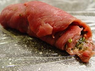 Rindfleischroulade mariniert und aufgerollt