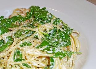 Spaghetti mit Ricotta angerichtet