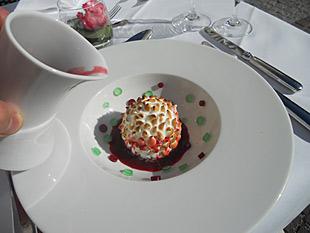 Geeister Schneeigel mit Kirsche und Minze